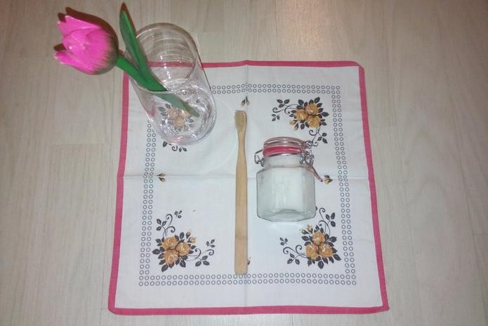 Zobna ščetka iz bambusa in domača zobna pasta iz kokosovega olja in sode bikarbone.