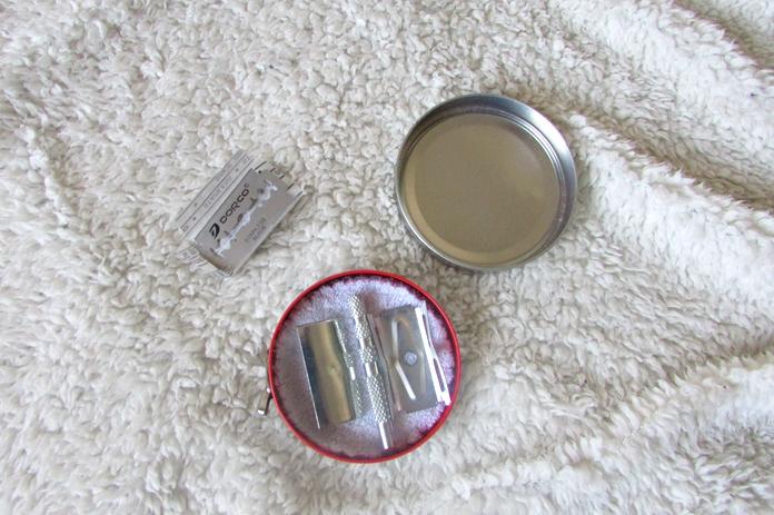Kovinska britvica za odstranjevanje dlak brez odpadkov.