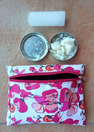 (Potenje) Dedorant, kristal in torbica, v kateri ju imam shranjena.